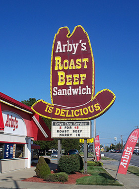 An old Arby's big hat sign in Austintown, Ohio. (Photo: Flickr/Scott)